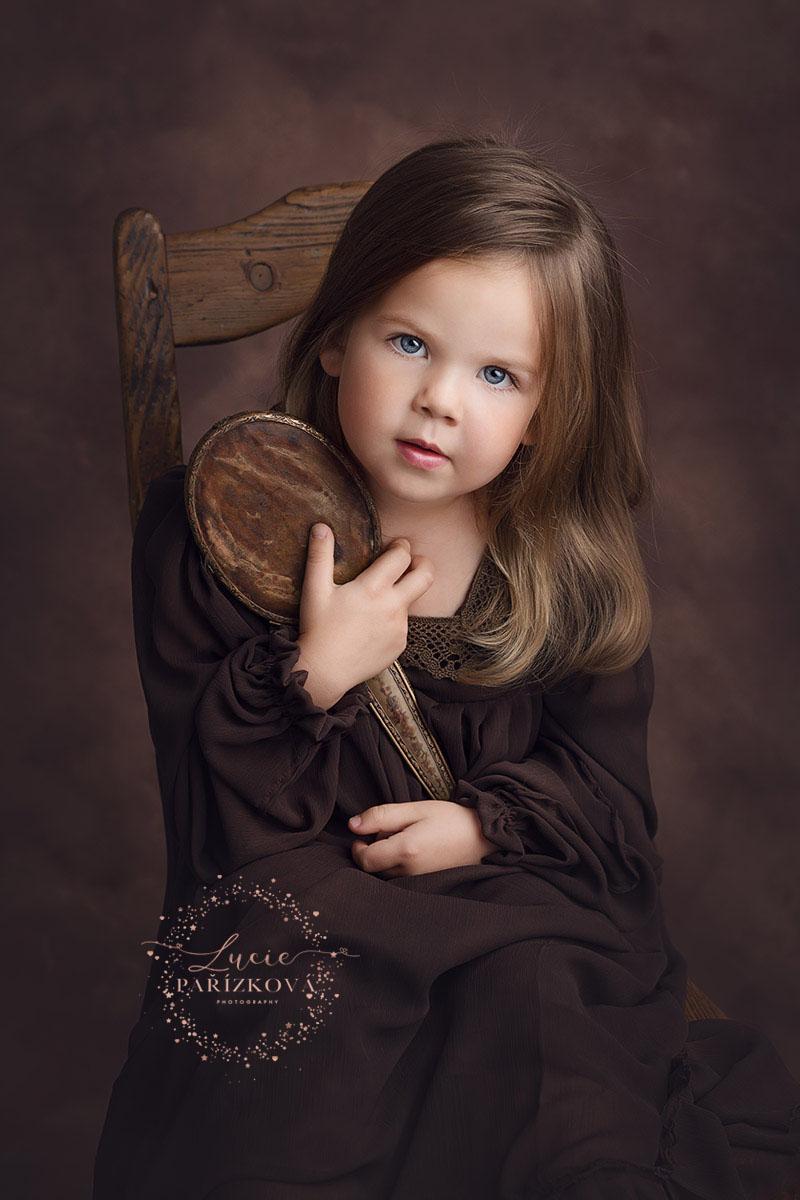 FineArt portrét malého děvčete, dětská fotografie, focení dětí v Praze